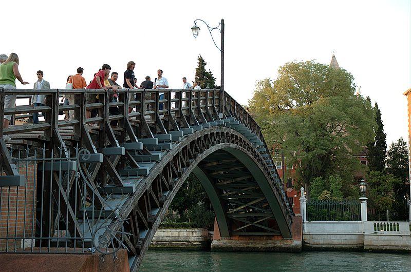 800px-Ponte_dell`Academia_(20050526-032)